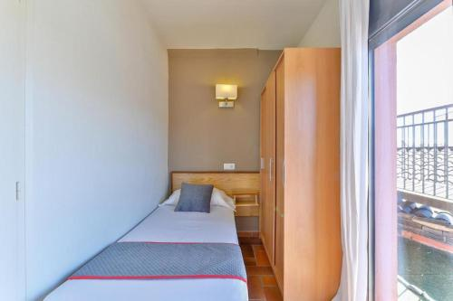 A bed or beds in a room at Hostal Alberana