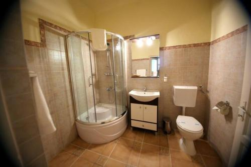 A bathroom at Fronius Boutique Residence
