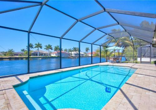 Der Swimmingpool an oder in der Nähe von Holland House Cape Coral Surfside - Luxury Villa - Private Heated Pool - Canal View