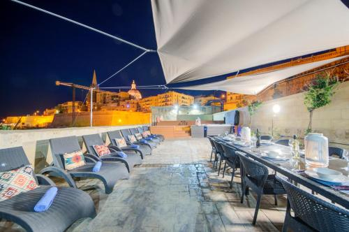 A restaurant or other place to eat at Waterfront Valletta House