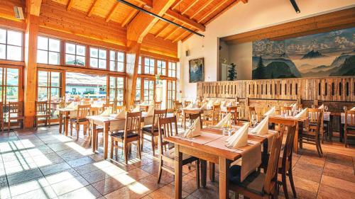 A restaurant or other place to eat at Das Bergmayr - Chiemgauer Alpenhotel