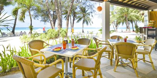 A restaurant or other place to eat at Le Soleil de Boracay Hotel