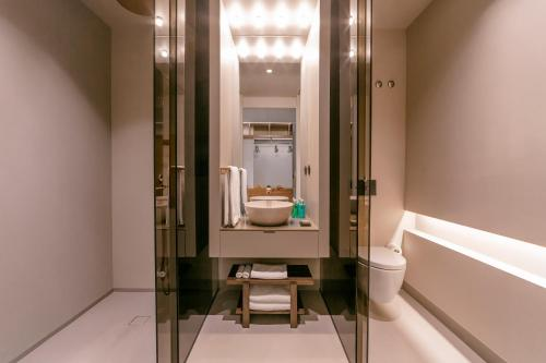 A bathroom at PortoBay Teatro