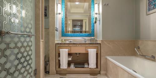 A bathroom at Hilton Bursa Convention Center & Spa