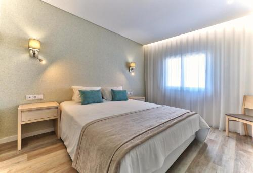 A bed or beds in a room at Agua Hotels Vila Branca