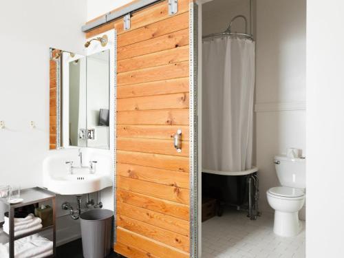 Een badkamer bij Ace Hotel Portland