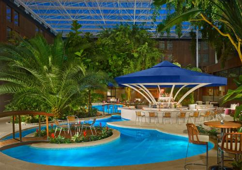 The swimming pool at or close to Sheraton Skyline Hotel London Heathrow