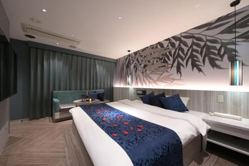 A bed or beds in a room at BAMBOO GARDEN 新横浜 Adult Only -The old name is REFTEL-