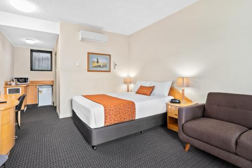 A bed or beds in a room at Park Motor Inn