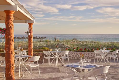 A restaurant or other place to eat at Labranda Sandy Beach