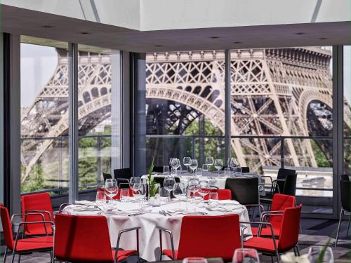A restaurant or other place to eat at Pullman Paris Tour Eiffel
