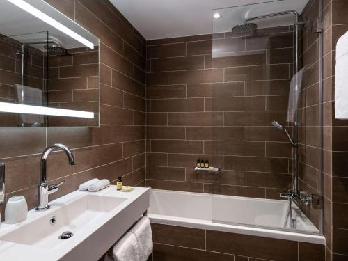 A bathroom at Pullman Paris Tour Eiffel