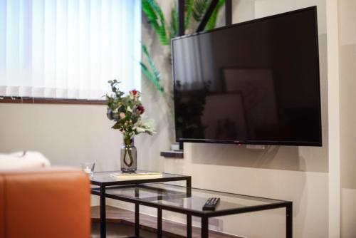 A television and/or entertainment center at ALT STAY Azabudai - Vacation STAY 31654v