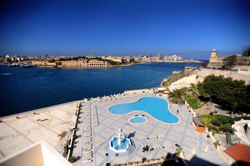 Vue sur la piscine de l'établissement Grand Hotel Excelsior ou sur une piscine à proximité
