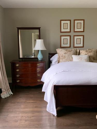 A bed or beds in a room at The Pebble Bed and Breakfast