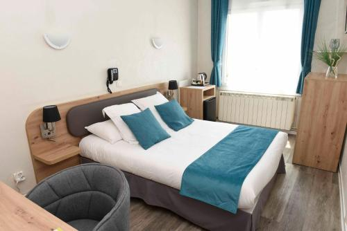 A bed or beds in a room at Azur Hotel