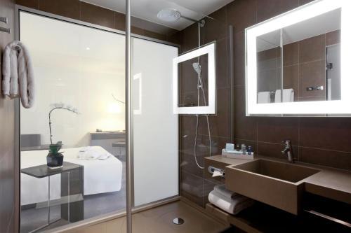 A bathroom at Novotel Paris Gare De Lyon