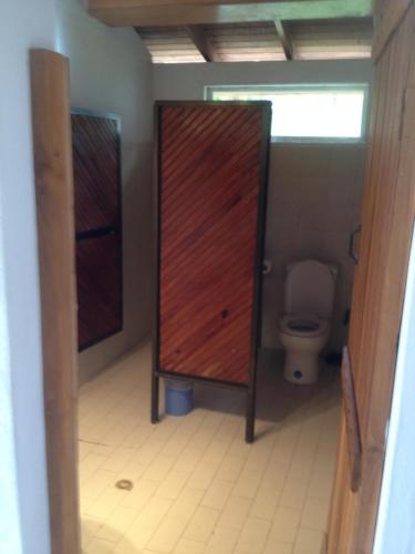 Um banheiro em Playa Tranquilo B&B and Dive Shop