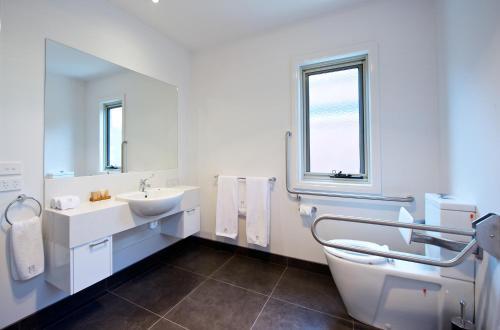 A bathroom at Mansi on Raymond
