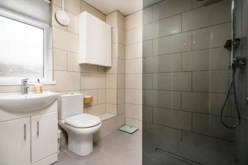 A bathroom at Beautiful Spacious Two Bedroom Central Apartment!