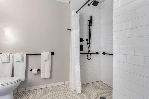 A bathroom at Hotel Blake, an Ascend Hotel Collection Member