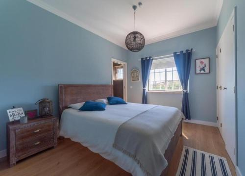 A bed or beds in a room at Villa in Ribamar, Ericeira