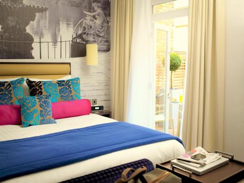 A bed or beds in a room at Hotel Indigo London Hyde Park Paddington, an IHG Hotel