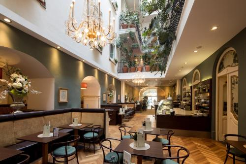 The lounge or bar area at Palais Hotel Erzherzog Johann