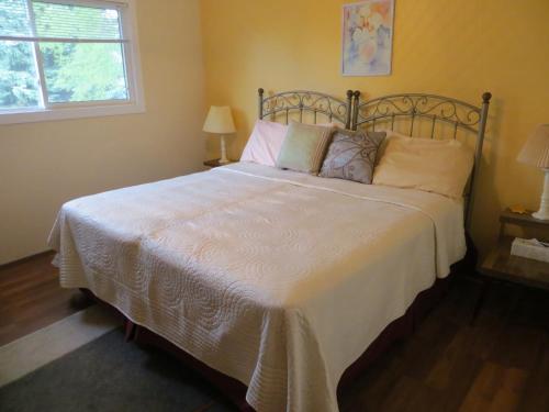 Кровать или кровати в номере Wild Rose Bed & Breakfast