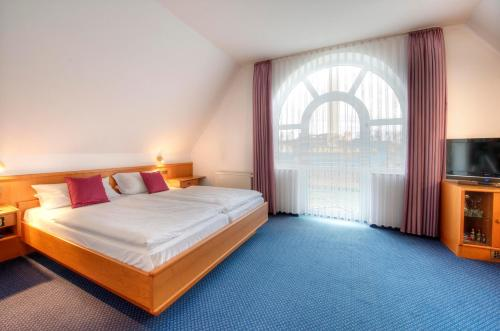 A bed or beds in a room at Hotel zur Prinzenbrücke