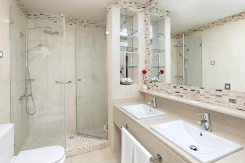 Un baño de Hotel RIU Garoé