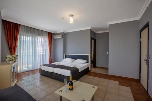 Кровать или кровати в номере Royalisa Hotel