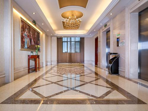 The lobby or reception area at Vienna Hotel Guangzhou Airport 2