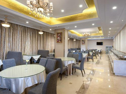 A restaurant or other place to eat at Vienna Hotel Guangzhou Baiyun Airport