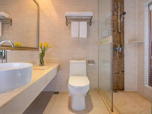 A bathroom at Vienna Hotel Guangzhou Airport 2