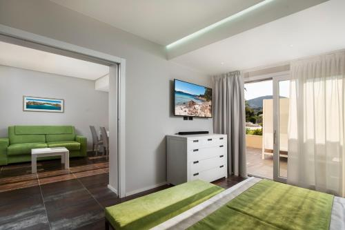 A television and/or entertainment center at Hotel San Teodoro