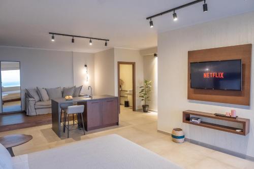 Μια τηλεόραση ή/και κέντρο ψυχαγωγίας στο Apolis Villas & Suites Resort