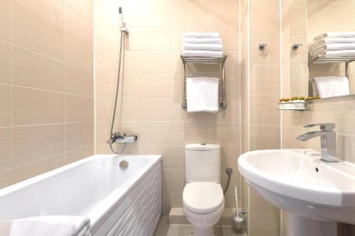A bathroom at Vozdvizhenskoe Park Hotel