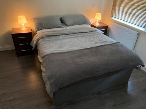 A bed or beds in a room at 35 mins to central London. 3 bedrooms. 2 bathrooms with garden