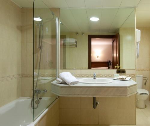 A bathroom at Hotel Alixares