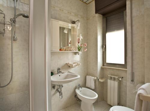 A bathroom at Hotel Siviglia