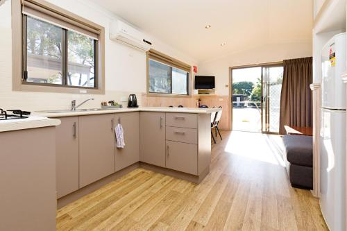 A kitchen or kitchenette at Gardenview