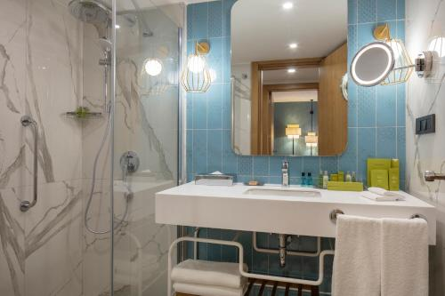 حمام في DoubleTree by Hilton Bodrum Marina Vista