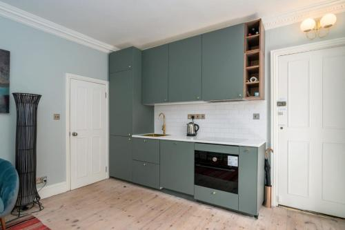 A kitchen or kitchenette at GuestReady - Stunning 1BR Flat in Highbury
