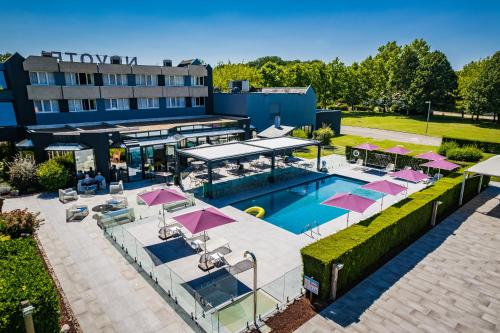 A view of the pool at Novotel Orléans Saint Jean de Braye or nearby