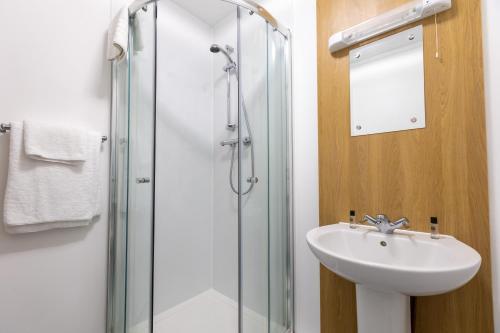 A bathroom at Nightel Hotel, Humberside Airport