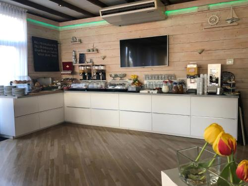 Ein Restaurant oder anderes Speiselokal in der Unterkunft SEA YOU Hotel Noordwijk