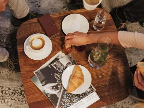 Um restaurante ou outro lugar para comer em ibis Frankfurt Centrum