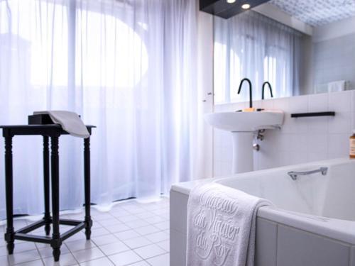 A bathroom at Mercure Figeac Viguier du Roy