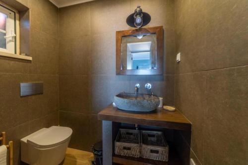 A bathroom at Villa in Ribamar, Ericeira